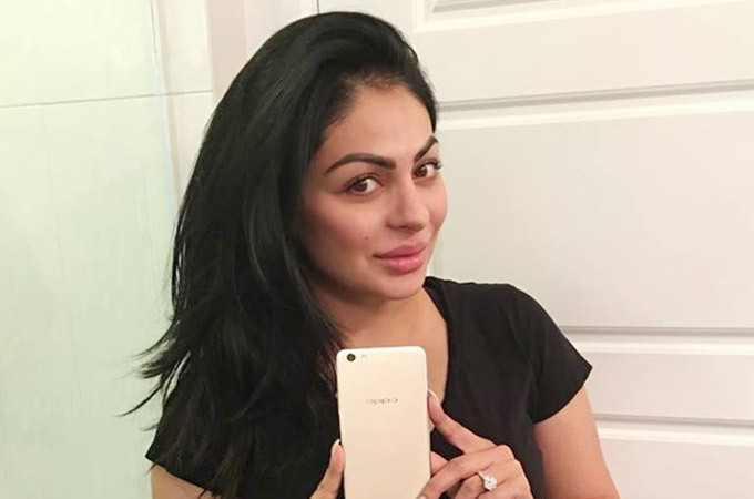 Bollywood Celebrities with Selfie Expert Oppo F3 Plus Photos