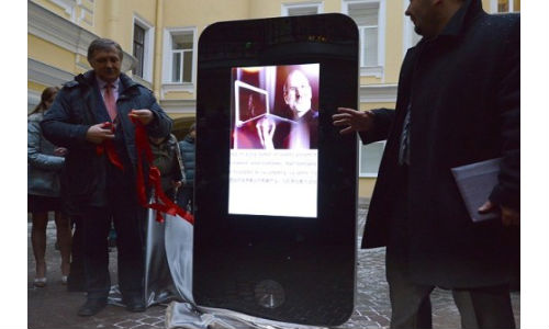 Steve Jobs: Russia Unveils iPhone Memorial in Remembrance of AppleIcon