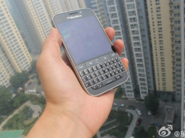 BlackBerry Reaches Out to QWERTY Lovers With Classic Smartphone