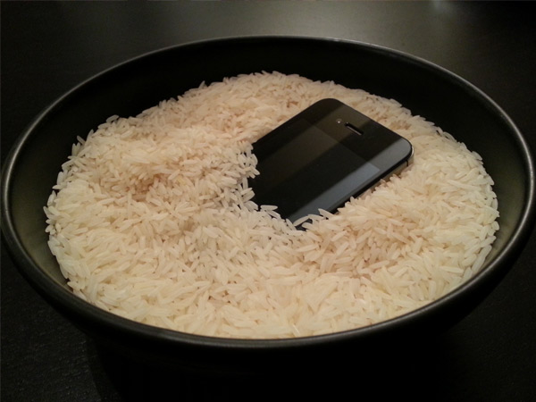 Keep your wet mobile in Bowl full of Rice