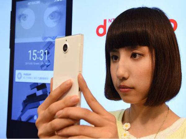 Fujitsu Arrows NX F-04G Uses a Retina Scanner For Mobile Payments