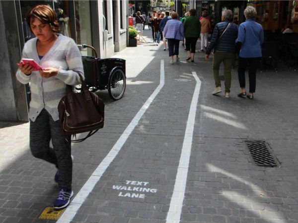'Text walking lane' for smartphone-addicts in Belgium