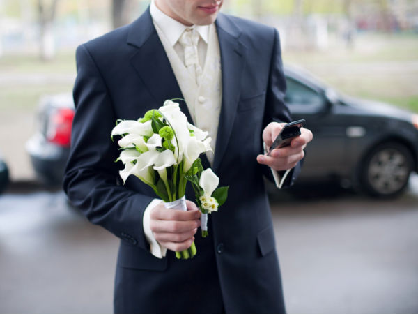Man ties the knot with smartphone in Las Vegas