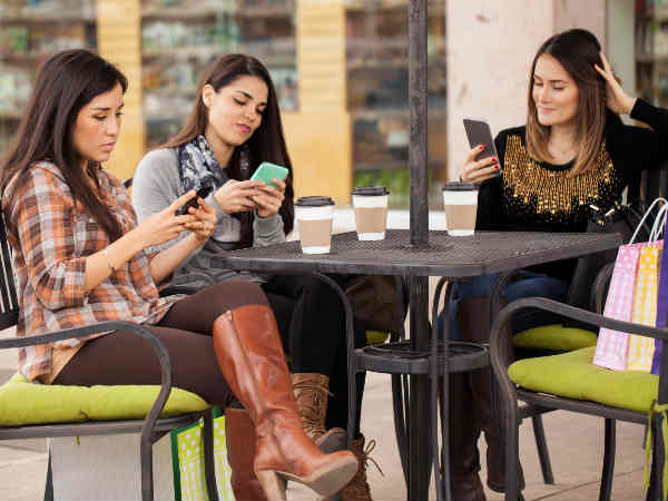 Reasons That People Ignore Friends For Smartphones