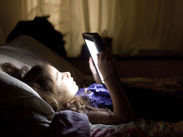 Here are Top 5 Tips to Avoid Eye Strain While Using Smartphone in Bed