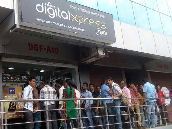 Jio does Apple, people throng Reliance Stores for free 4G test SIM
