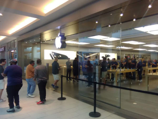 Apple fans make beeline for iPhone 7 in biggest-ever launch