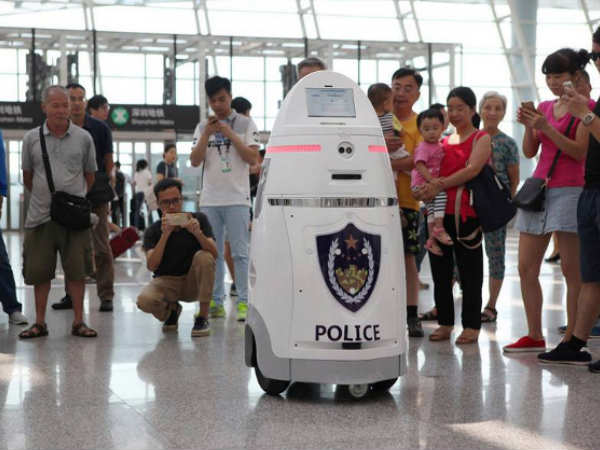 Robots patrol Chinese airport