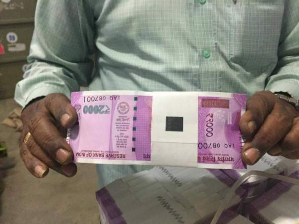 Find Out If The New Rs. 2,000 Note Has a Nano-GPS Chip or Not...