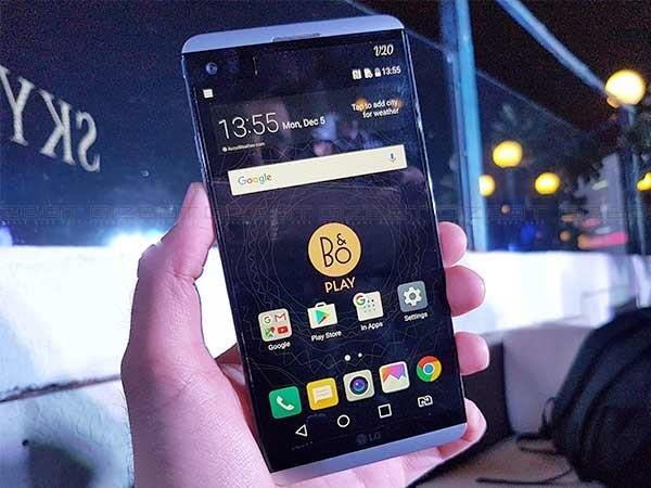 Design: LG V20 is the Clear Winner