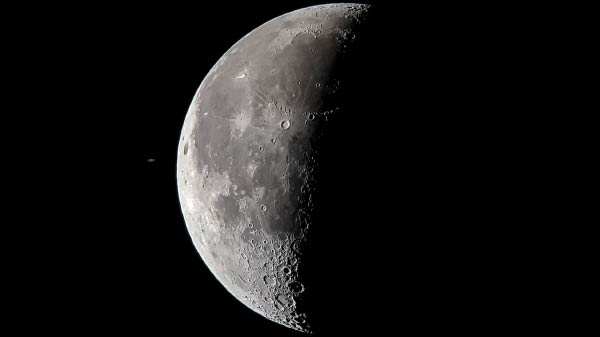 Photographer chronicles Saturn and Moon conjunction with smartphone