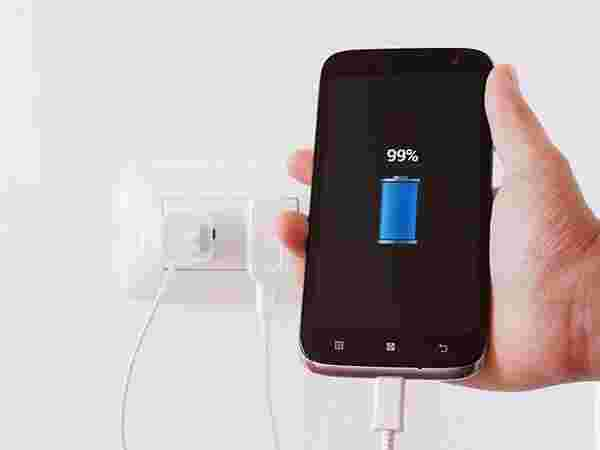 Do not charge and use the smartphone simultaneously