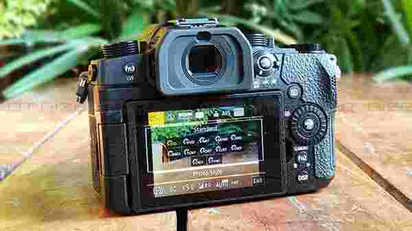 "3"" Free-Angle Touch LCD, OLED Viewfinder"