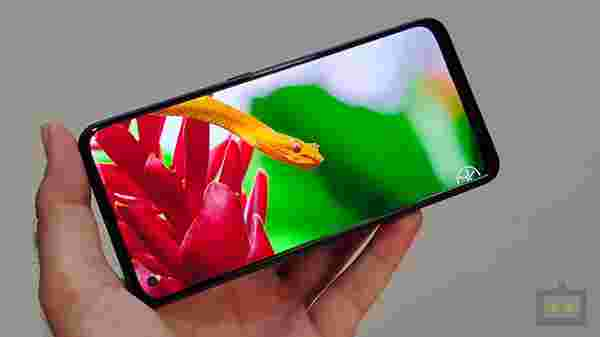 6.4-inch AMOLED Display- Better Visuals But Dated refresh Rate